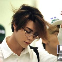 Johnny looks amazing in glasses. #SeoJohnny #SeoYoungho