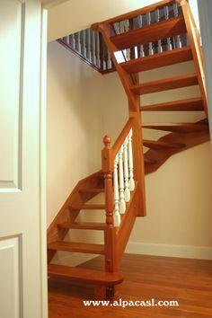 Escalera completa en madera con zancas a la francesa, pasos sin tabica y barandilla torneada.