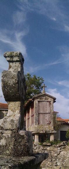 Hórreo y cruz de piedra - Hórreo e cruz de pedra