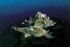 YannArthusBertrand2.org - Fond d écran gratuit à télécharger || Download free wallpaper - Chapelle sur un îlot près des côtes de l'île de Kos, Dodécanèse, Grèce (36°45' N - 26°59' E).