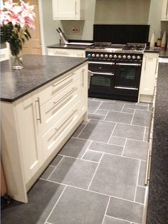 New kitchen tile floor with oak cabinets cream ideas Grey Floor Tiles, Grey Flooring, Stone Flooring, Kitchen Flooring, Flooring Ideas, Black Floor, Black Kitchen Floor Tiles, Concrete Kitchen, Black Tiles