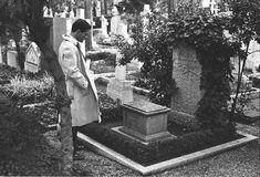 Pier Paolo Pasolini sulla tomba di Gramsci. Cimitero degli Inglesi. Roma