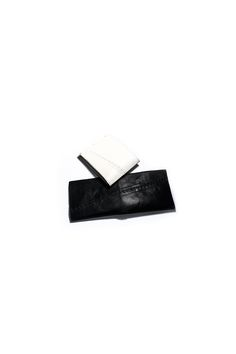 gegenüber Wunde hand stitch detailed wallet in cow leather with leather lining color : white material : 100% cow leather lining : 100% cow leather measures : H 9.5cm  W 23cm (widely open)