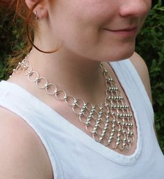 Bead and Bib Necklace Tutorial - Fingermaille - Chainmaille without Tools de CreatingUnkamen en Etsy https://www.etsy.com/es/listing/226633556/bead-and-bib-necklace-tutorial