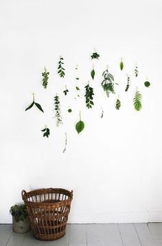 Bring natural decor into your home with help from this quirky design inspiration. Whether you're looking for a house plant guide or foliage-inspired wall decorations, you can find all the earthy ideas you need here. Diy Interior, Interior Decorating, Diy Home Decor, Room Decor, Table Lamps For Bedroom, Diy Décoration, Spring Green, Floral Wall, Room Inspiration