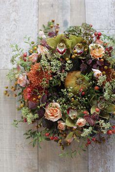 秋色リース   フラワーアレンジメントのデザイン集 Fall Wreaths, Door Wreaths, Floral Wreaths, Dried Flowers, Flower Art, Flower Arrangements, Bouquet, Pressing Flowers, Kaori