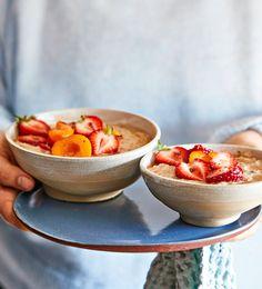 Maapähkinävoipuuro | Arjen nopeat, Aamiaiset, Vegaaninen | Soppa365 Omelette, Overnight Oats, Serving Bowls, Smoothies, Brunch, Soup, Sweets, Breakfast, Tableware