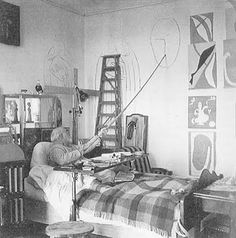 Matisse draws a head for the decoration of Chapelle du Rosaire in Vence in his studio/room in the Hotel Regina, in Nice-Cimiez, 1950.