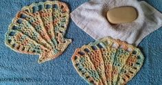 Scallop seashell washcloths made in super-soft cotton yarn. This free crochet pattern can double as a dishcloth, too! Crochet Afghans, Crochet Dishcloths, Afghan Crochet Patterns, Crochet Motif, Easy Crochet, Free Crochet, Crochet Baby, Knitting Patterns, Knit Crochet