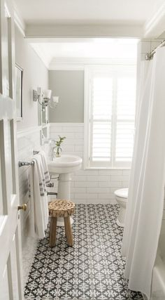 Such a simple and clean white and black bathroom design. - M Loves M Such a simple and clean white and black bathroom design. - M Loves M Ideas Baños, Cool Ideas, Tile Ideas, Decor Ideas, Decorating Ideas, Interior Decorating, 2017 Ideas, Interior Ideas, Bathroom Design Small