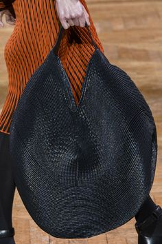 accessoires de mode japonaise : Issey Miyake, FW 2017, sac, tissage, noir, cercle, 2010s