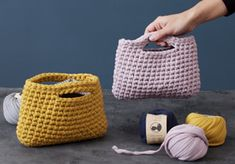 Create a personalised crochet clutch in your favourite colours with the sisters' tube yarn which gives a nice, soft result. Clutch Bag Pattern, Crochet Clutch Bags, Crochet Clutch Pattern, Crochet Hooks, Free Crochet, Knit Crochet, Bags Travel, Slip Stitch, Double Crochet