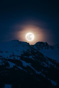 Full Moon Rising over Blackcomb Peak - Whistler, British Columbia, Canada Two of my favorite things! The moon and the mountains, how gorgeous of a shot too Moon Moon, Moon Art, Blue Moon, Stars Night, Good Night Moon, Stars And Moon, Moon Photos, Moon Pictures, Moon Beauty