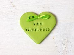 Herz Anhänger mit Initialen und Hochzeitsdatum für Sweettable, Candybar, Hochzeit, Tischdeko  usw von www.tortenfigurn.at Macarons, Candybar Wedding, Music Instruments, Musical Instruments
