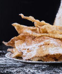Chiacchiere di Carnevale ricetta semplice e veloce. Frappe, cenchi, chiacchiere: chiamatele come volete ma seguite questa ricetta per i dolci di Carnevale. Snack Recipes, Dessert Recipes, Snacks, Tapas, Pizza Menu, Brownie Cookies, Strudel, Beignets, Fritters