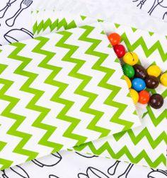 Esses saquinhos de papel decorados dão o charme que toda lembrancinha precisa. Sejam amêndoas, bombons, pipoca, fotos em miniatura, confetti, docinhos, esmaltes, bijoux ou qualquer presente que sua imaginação consiga inventar, com os saquinhos de papel chevron verde você mesmo pode fazer as lembrancinhas da sua festa ficarem lindas.