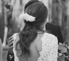 Carolina, naturalidad, distinción y belleza. La parte de arriba se confeccionó en un envolvente guipur de manga larga y espalda al aire seguido de una falda tubo. #noviatothom #novia #boda #tothom #altacostura #novios