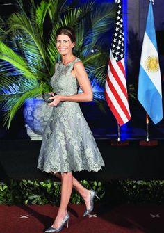 La asunción de su marido, Mauricio Macri (57), como presidente de Argentina, marcó un antes y un después en la vida de Juliana Awada (42), que se convirtió en una primera dama muy mirada y fotograf… Classy Dress, Classy Outfits, Casual Outfits, Cocktail Outfit, Smart Outfit, Glamorous Dresses, Estilo Fashion, Ladies Party, Royal Fashion