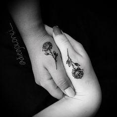 Tatuagem criada por Diego Conci que está indo para a Flórida, EUA. Tatuagem entre duas amigas, flores delicadas no dedão da mão.