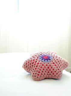 Housse coussin. Housse en crochet. Coussin rose et bleu. Fait main. Coussin coton 45cm. Vendu avec rembourrage. Coussin bébé enfant.