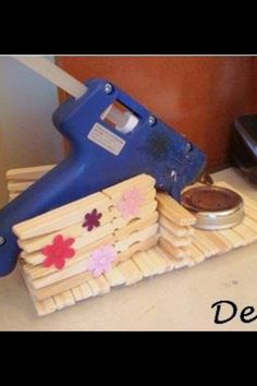 How to make a DIY glue gun holderLearn how to make a glue gun holder. This is a DIY woodworking project that is not difficult to implement and is very practical for any craftsman. Popsicle Stick Crafts, Craft Stick Crafts, Wood Crafts, Fun Crafts, Craft Gifts, Diy Glue, Glue Gun Crafts, Klebepistole Halter, Diy Projects To Try