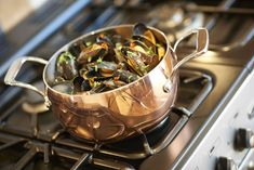 Hot, garlic mussels made in the perfect pan! Casserole Pan, Casserole Dishes, Copper Cleaner, Electric Hob, Cook Up A Storm, Copper Kitchen, How To Make Light, Health And Wellbeing, Garlic Mussels