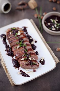 Magret de canard au vin rouge, échalote, noisette et moutarde Meat Recipes, Wine Recipes, Cooking Recipes, I Love Food, Good Food, Classic French Dishes, Everyday Food, Snack, Food Plating