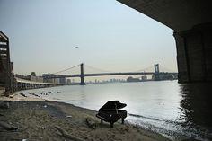 Il pianoforte abbandonato a New York - Il Post