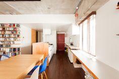 壁一面にはキッチンカウンター&作業デスクを設置。デスクは仕事用だけでなく、お子さんの勉強机としても!#K様邸練馬高野台 #ダイニング #キッチン #作業台 #フローリング #インテリア #EcoDeco #エコデコ #リノベーション #renovation #東京 #福岡 #福岡リノベーション #福岡設計事務所 Divider, Loft, Furniture, Home Decor, Bicolor Cat, Decoration Home, Room Decor, Lofts, Home Furnishings