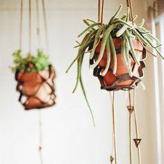 レザーの素材は、しっかりした植木鉢でも安心して吊せますね。