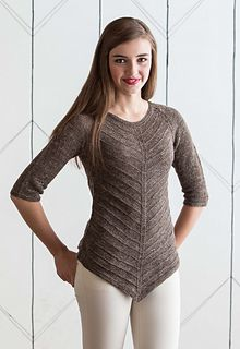 The pointed hem of this piece is achieved with yarnovers at the sides and decreases at the center. The sweater has an A-line shape, and the pointed silhouette is reflected at the neckline.