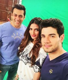 That awesome moment when Salman Khan's smile is all that you can see in this selfie with Sooraj Pancholi and Athiya Shetty! #SalmanKhan  #AthiyaShetty