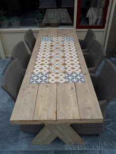 What a great garden table and great use of tiles to add that something special and protect the wood Garden Table, Patio Table, Diy Table, Dining Table, Pallet Furniture, Furniture Makeover, Garden Furniture, Table Palette, Exterior Tiles