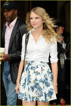 Pretty floral skirts are fab for this summer, #TaylorSwift is blooming in this cute outfit!
