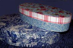 2 Spanschachteln mit Stoff bezogen. Ottoman, Chair, Furniture, Home Decor, Boxes, Boxing, Miniature, Decoration Home, Room Decor