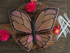 Oppskrift på enkel sommerfuglkake av sjokoladekake i form. Tenk at noe så vakkert kan være så enkelt og smake så godt! Har du en liten der hjemme som har bursdag snart og kanskje noen forventninger til bursdagskaken? Med denne sommerfuglkaken er det lett å lykkes på den store dagen. Fondant, Cake Decorating, Shoulder Bag, Birthday, Cakes, Baking, Recipes, Creative, Birthdays