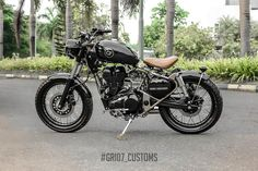 Royal Enfield is one of the fastest growing motorcycle manufacturers in India. A Royal Enfield Classic 350 has been modified by Kerala-based modifier Customs. The bike gets a Brat Bobber insp. Brat Bike, Bobber Motorcycle, Moto Bike, Motorcycles, Royal Enfield Classic 350cc, Moto Wallpapers, Bullet Bike Royal Enfield, Patriotic Posters, Royal Enfield Modified