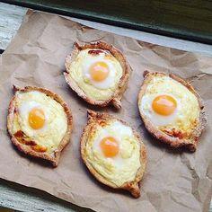 Хачапури по Аджарски (#ПП версия) Для теста: 200 гр творога 2 стл молотой овсянки 1 стл гречневой муки 1 куриное яйцо Соль Для начинки: 200 гр творога 100-150 г сыра 1 куриное яйцо Перепелиные яйца Соль Ингредиенты для теста и для начинки смещать в двух отдельных мисках. Тесто разделить на равное количество кусочков (у меня 11), вылепить лепешечки и завернуть их по бокам, сделав бортики. Я раскатывала тесто на небольшом количестве гречневой муки, чтобы лучше лепилось. Лепешки положить н...
