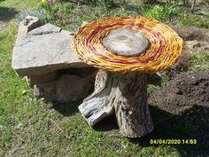 Auf einen Baumstumpf habe ich das erste Mal einen Tisch aus Weide geflochten.