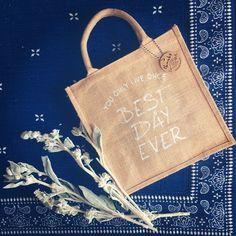 * 引き出物袋はジュートバッグにしたよ⍩⃝ 式場のものより断然安くできた。 . ナチュラルな雰囲気を壊さないように、 ステンシル。 記念すべき第一号! . オリジナルのサンキュータグも合わせて。 . - kimuaya_wedding