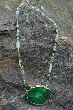 Collar de Esmeralda Japonesa rustica y lisa en oro Goldfield con centro de Agatha verde