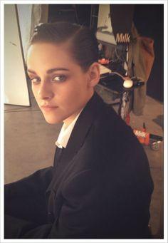 A maquiadora Jillian Dempsey compartilhou hoje em seu site pessoal duas novas fotos onde Kristen Stewart e Robert Pattinson aparecem. A primeira imagem mostra Kristen nos bastidores de um photoshoot para a revista ELLE em 2012;