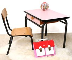 Ensemble petit bureau rouge et sa chaise annes 60 Kids Spaces