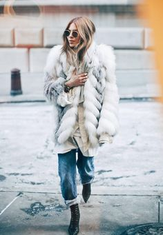 Fabulous faux fur coat paired with cuffed jeans, and round sunnies. - Fall-Winter 2017 - 2018 Street Style Fashion Looks Fur Fashion, Look Fashion, Fashion Trends, Fashion Mode, Fashion 2020, Trendy Fashion, Mode Statements, Looks Street Style, Looks Chic