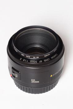 찍어봐야 알지 | 렌즈 교환식 카메라(DSLR, 미러리스 등)로 사진을 찍어볼까?라고 생각하면 곧장 이어지는 고민이 있습니다. 바로 어떤 렌즈를 사용해야 하냐는 고민이죠. 바디만으로는 사진을 찍을 수 없으니, 렌즈를 선택해야 하는데 뭘 알아야 선택을 하죠. 그리고 나에게 맞는 렌즈가 무엇인지 잘 모르겠다는 것도 문제입니다. 숫자는 기본이고 당최 알 수 없는 단어들이 렌즈 이 Brunch