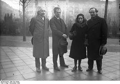 Hochzeit im Hause Prof. Albert Einsteins! Margot Einstein, die Tochter der zweiten Frau des berühmten Gelehrten heiratete den russischen Schriftsteller Dr. Dimitri Marianoff. Prof. Albert Einstein war Trauzeuge auf dem Standesamt in Berlin-Schöneberg. Das glückliche Brautpaar nach der Trauung: von links nach rechts: der berühmte Gelehrte Prof. Albert Einstein, ein Trauzeuge, die glückliche Gattin Margot Einstein und ihr Gatte Dr. Dimitri Marianoff. Berlin, 1930. o.p.