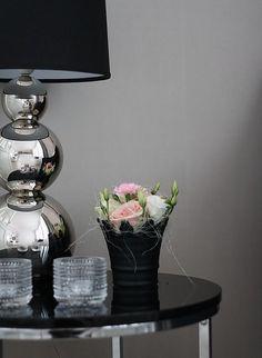 Pentik Rondo valaisin ja kukkia