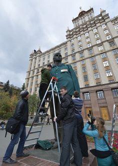 В Челябинске нарядили памятник студенту у главного корпуса ЮУрГУ