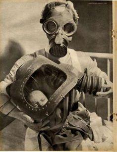 Une infirmière et un bébé avec leurs masques à gaz en 1940