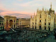 """Qualcuno ha detto """"montaggio albero di #Natale al tramonto con nuvole rosa""""?  Did someone say """"#Christmas tree at sunset under pink clouds""""? #Milano #Milan #VisitMilano #BellaMilano #inlombardia #igersmilano #twitter  #nataleamilano"""